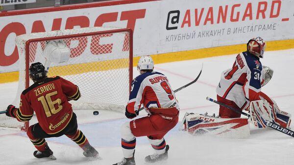 Вратарь ЦСКА Ларс Юханссон пропускает решающую шайбу в матче с Авангардом