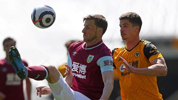 Burnley's New Zealand striker Chris Wood (L) vies with Wolverhampton Wanderers' Brazilian striker Willian Josйduring the English Premier League football match between Wolverhampton Wanderers and Burnley at the Molineux stadium in Wolverhampton, central England on April 25, 2021. (Photo by MOLLY DARLINGTON / POOL / AFP) / RESTRICTED TO EDITORIAL USE. No use with unauthorized audio, video, data, fixture lists, club/league logos or 'live' services. Online in-match use limited to 120 images. An additional 40 images may be used in extra time. No video emulation. Social media in-match use limited to 120 images. An additional 40 images may be used in extra time. No use in betting publications, games or single club/league/player publications. /