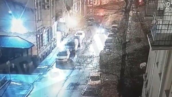 Кадр записи камеры видеонаблюдения с моментом нападения на экс-хоккеиста