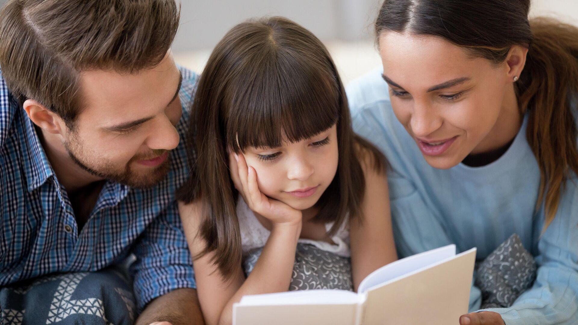 Родители с дочерью, читающей книгу - РИА Новости, 1920, 27.04.2021