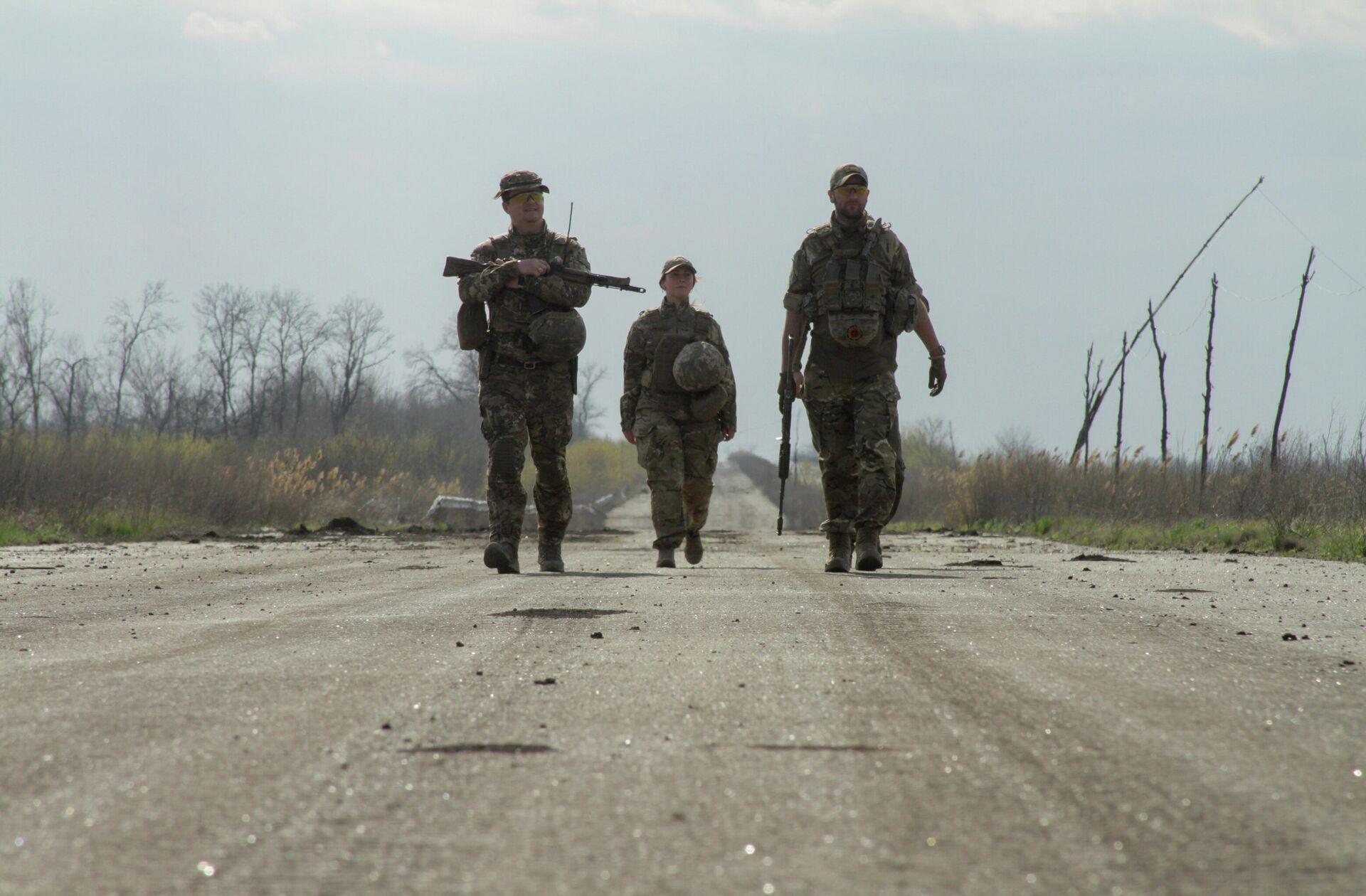 Украинские военные на дороге в районе линии соприкосновения в Донецкой области - РИА Новости, 1920, 28.04.2021