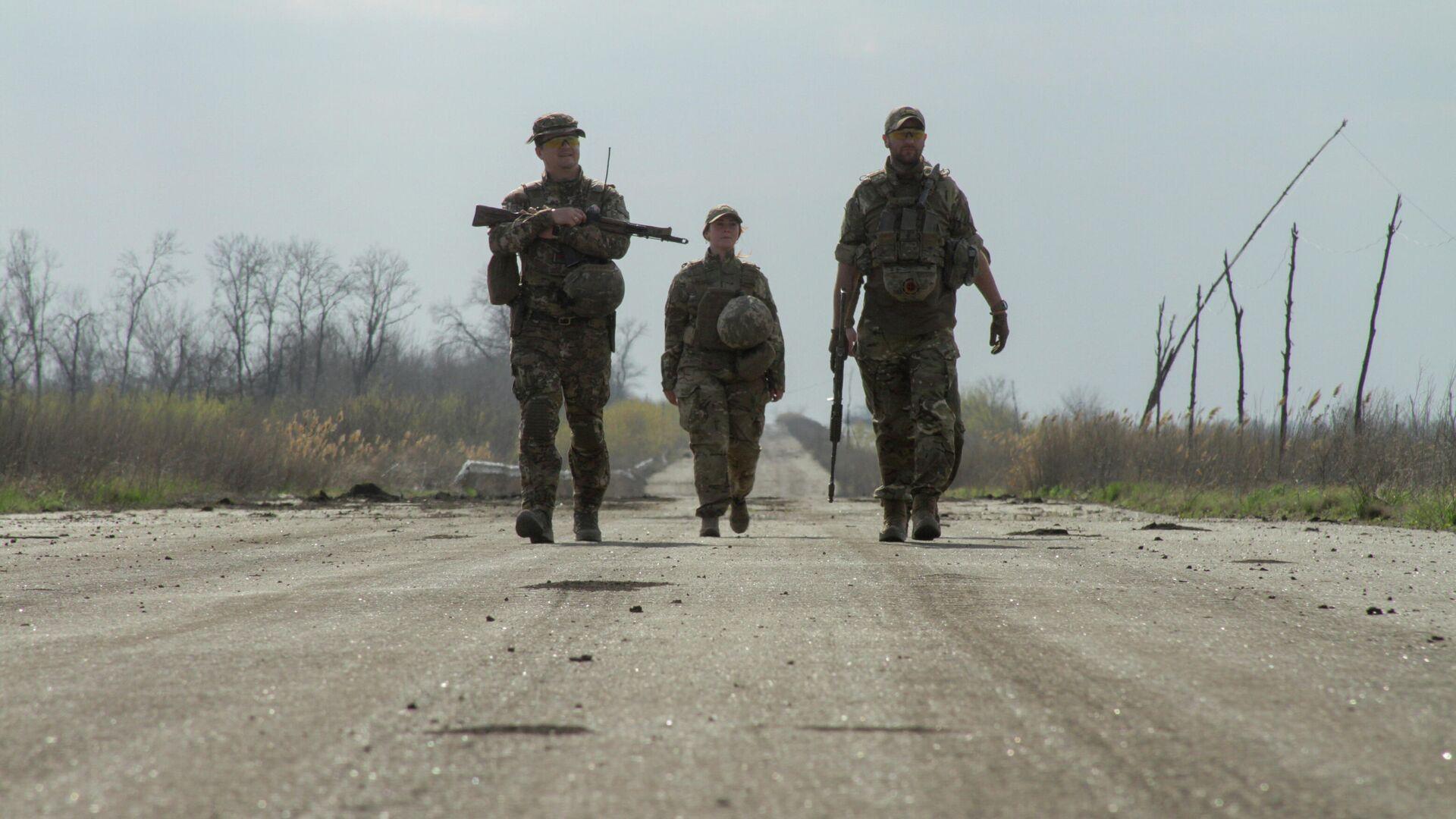 Украинские военные на дороге в районе линии соприкосновения в Донецкой области - РИА Новости, 1920, 12.06.2021