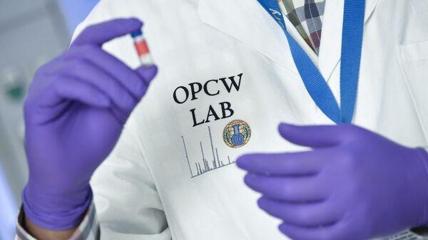 Лаборант в штаб-квартире ОЗХО (Организации по запрещению химического оружия) в Гааге
