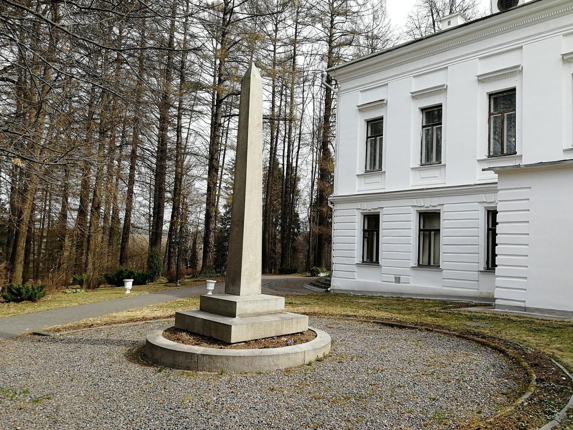 Колонна за барским домом усадьбы Середниково, на которой написано Певцу печали и любви - РИА Новости, 1920, 12.05.2021