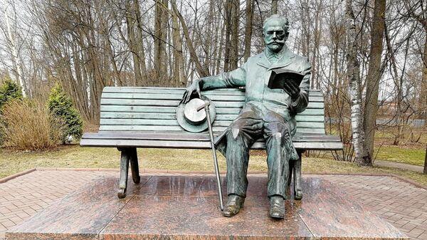 Памятник композитору в усадьбе Чайковского в Клину