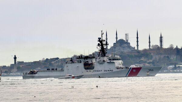 Американский сторожевой корабль береговой охраны Гамильтон в проливе Босфор