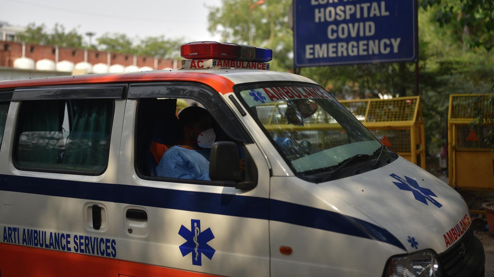 Автомобиль скорой помощи возле больницы Лок Наяк в Дели - РИА Новости, 1920, 14.05.2021