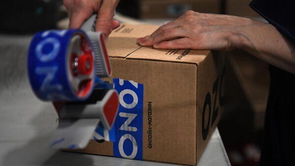 Упаковка интернет-заказов в логистическом центре Ozon