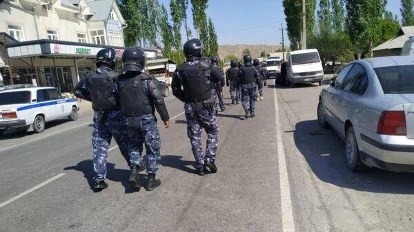 Кыргызские военнослужащие в приграничном селе Ког-Таш