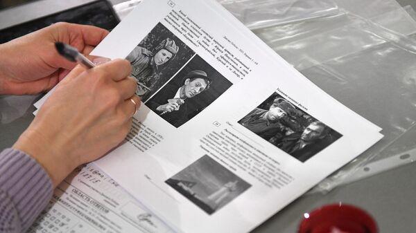 Участница Международной просветительско-патриотической акции Диктант Победы 2021, посвященной 76-й годовщине Победы в Великой Отечественной войне, в Центральном музее Великой Отечественной войны 1941-1945 годов в Москве