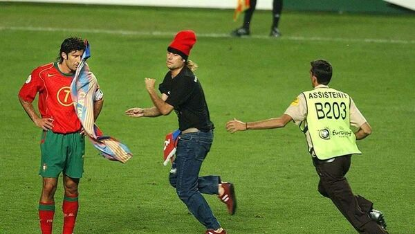 Спортивный хулиган Джимми Джамп (в центре) и Луиш Фигу (слева)