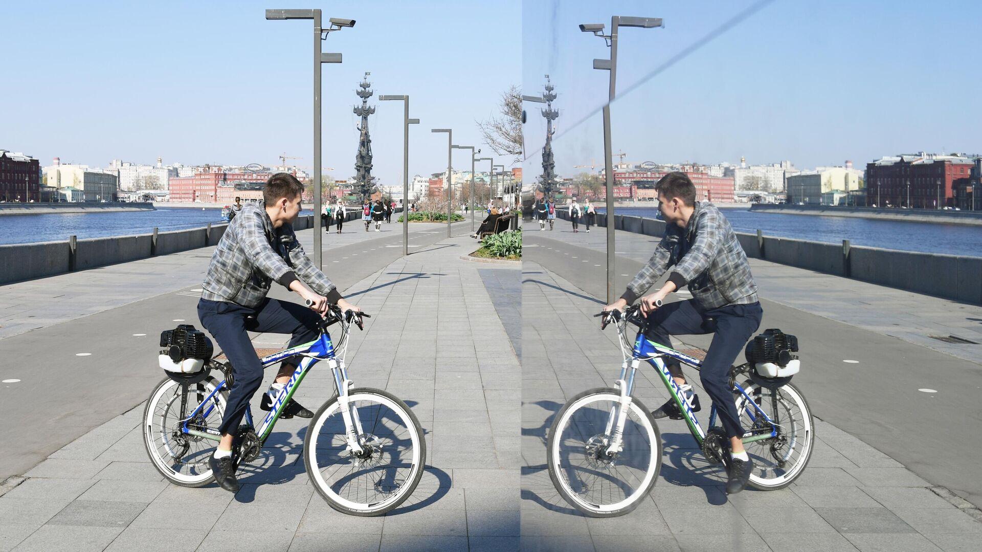 Молодой человек катается на велосипеде на Крымской набережной в парке искусств Музеон в Москве - РИА Новости, 1920, 09.05.2021