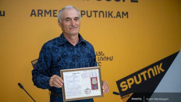 Сын красноармейца Азата Мадояна, Самвел Мадоян, во время телемоста с Симферополем в пресс-центре Sputnik Армения