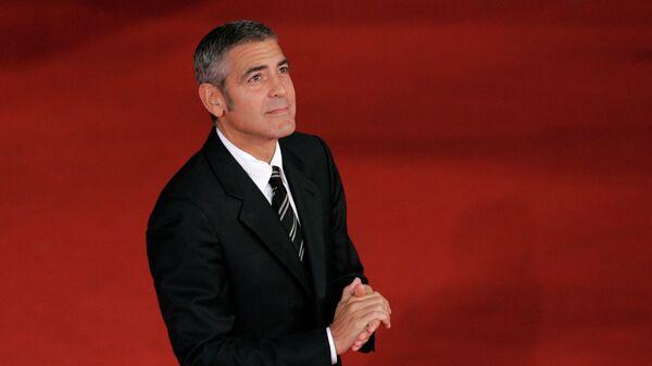 Американский актер и кинорежиссер Джордж Клуни на красной дорожке