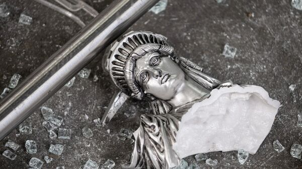 Разбитая фигура Статуи Свободы