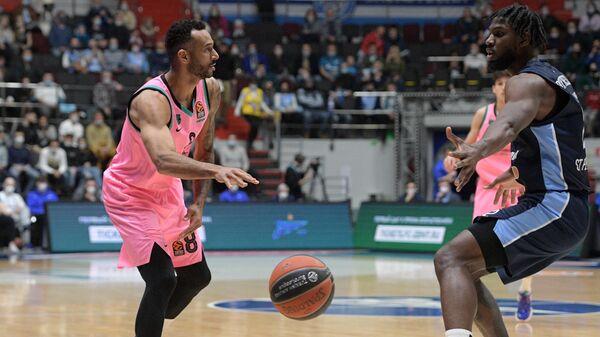 Игрок Зенита Алекс Пойтресс (справа) и игрок Барселоны Адам Ханга