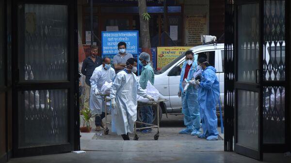 Медицинские работники в одной из больниц Дели