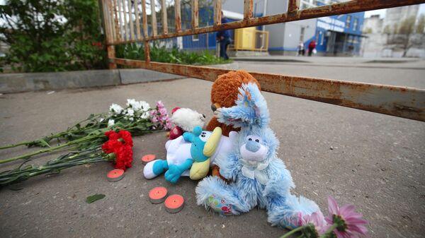 Цветы и мягкие игрушки у спортивной школы в Волгограде, где занимались погибшие и пострадавшие в ДТП на Ставрополье дети
