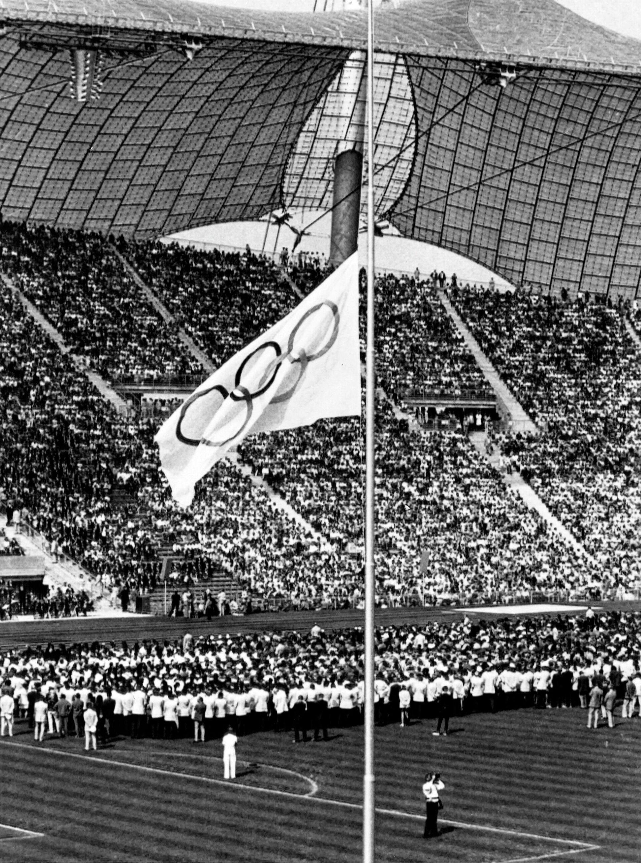 Олимпийское знамя во время поминальной мессы в память о погибших во время теракта на Олимпиаде в Мюнхене - РИА Новости, 1920, 01.05.2021