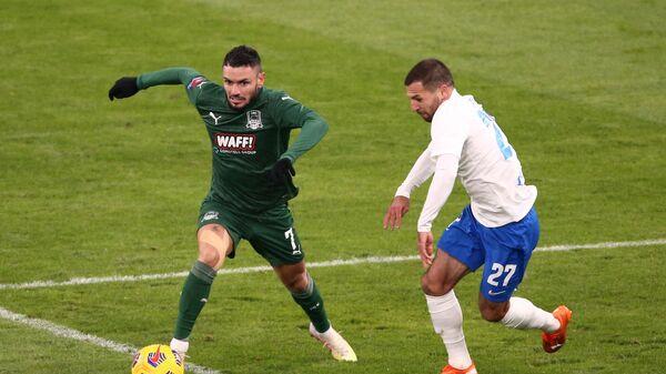 Игрок Краснодара Реми Кабелла (слева) и игрок Сочи Кирилл Заика