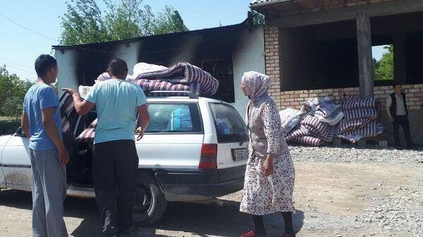 Жители на улице села Максат Лейлекского района Баткенской области, пострадавшего при конфликте на киргизо-таджикской границе