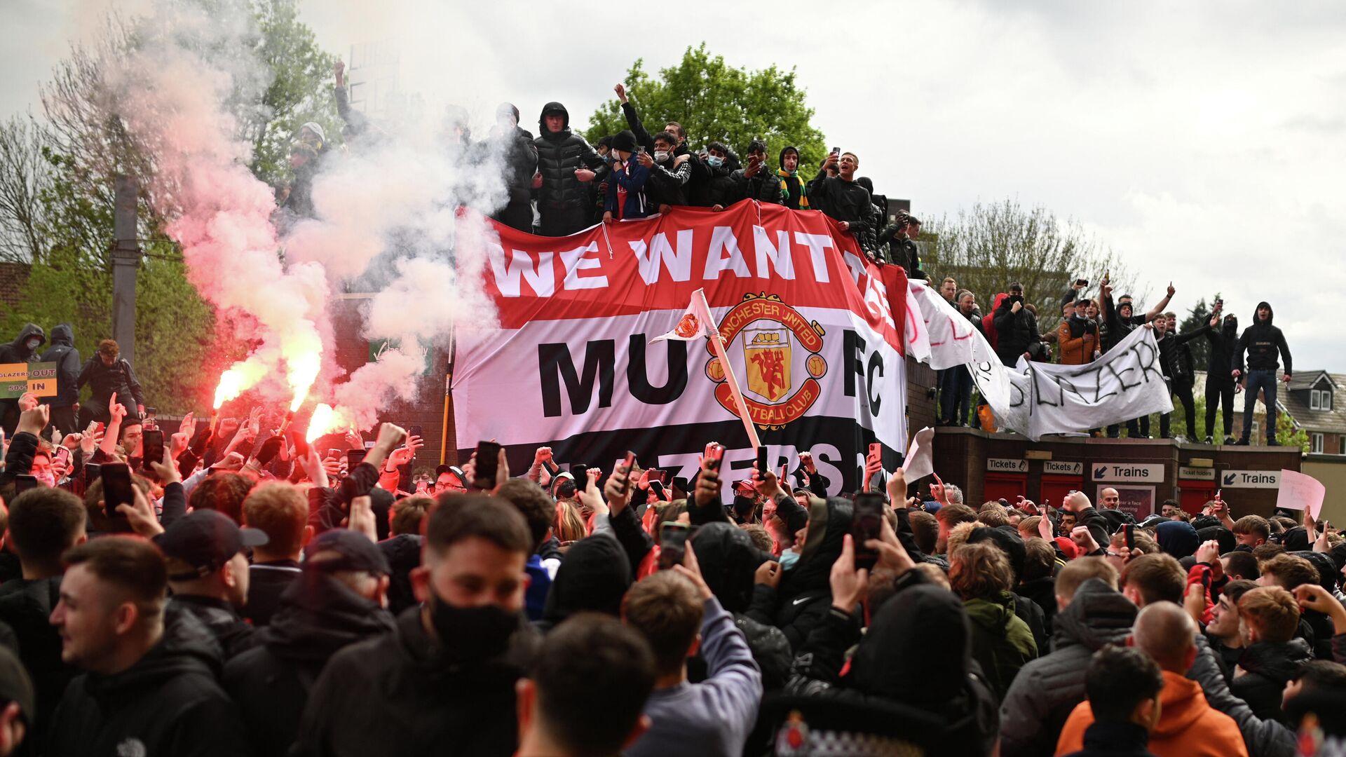 Акция протеста болельщиков Манчестер Юнайтед возле стадиона Олд Траффорд - РИА Новости, 1920, 02.05.2021