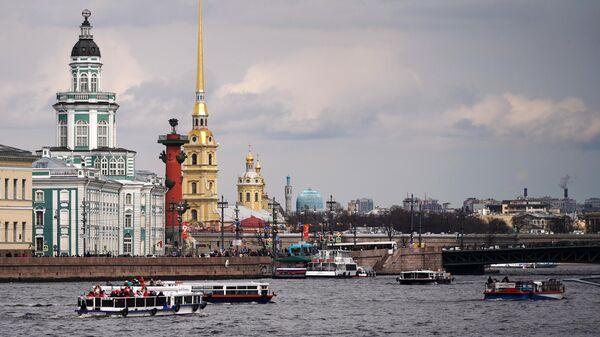 Теплоходы в акватории реки Невы в Санкт-Петербурге. 2 мая в Петербурге официально открывается Всероссийский летний туристический сезон.