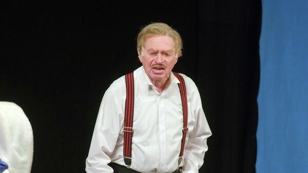 Актер Жан Мельников на сцене Днепровского академического театра драмы и комедии
