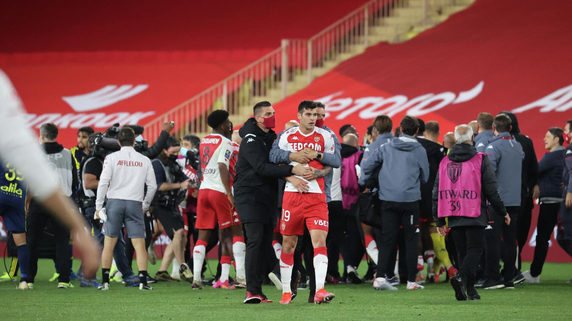 Players argue at the end of the L1 football match between Monaco (ASM) and Lyon (OL) at The Louis II Stadium, in Monaco on May 2, 2021. (Photo by Valery HACHE / AFP) - РИА Новости, 1920, 04.05.2021
