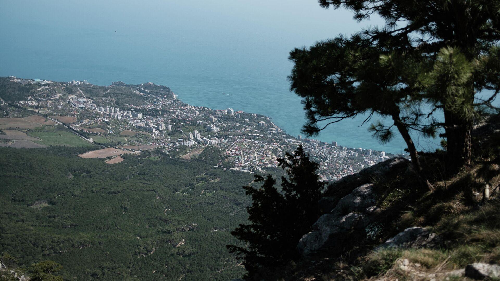 Вид на побережье Черного моря с вершины горы Ай-Петри в Крыму - РИА Новости, 1920, 10.06.2021