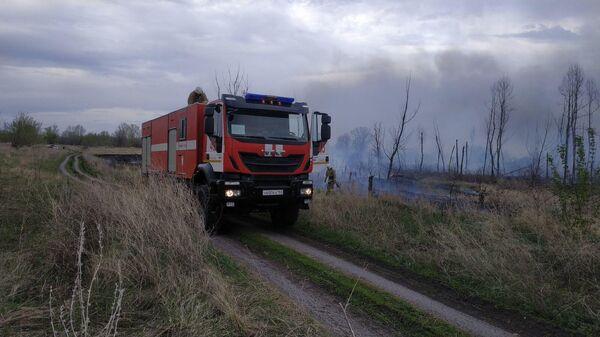 Тушение пожара в дачном массиве СДТ Металлист в микрорайоне Волжский Самарской области