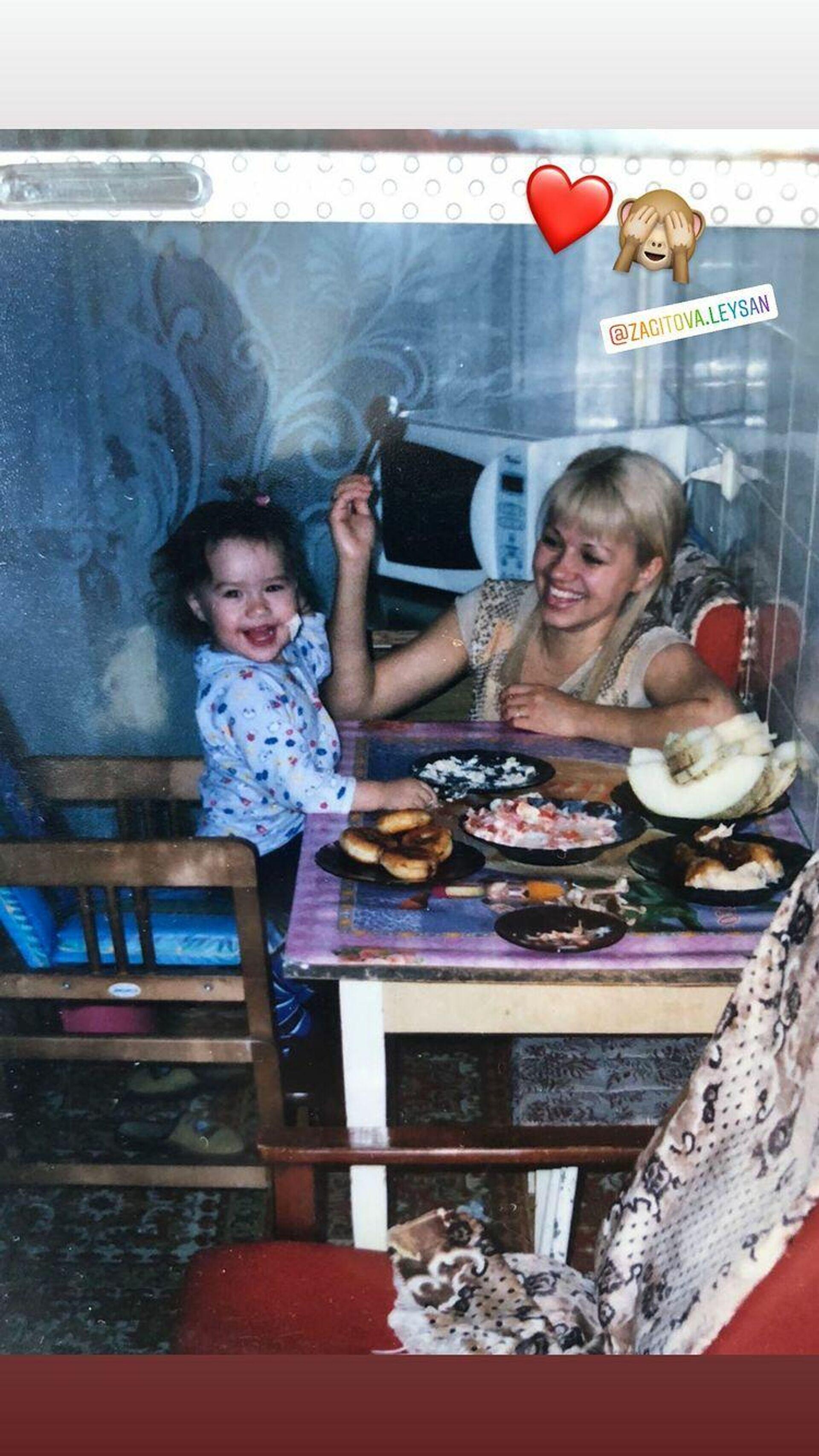 Детская фотография Алины Загитовой с мамой Лейсан - РИА Новости, 1920, 05.05.2021