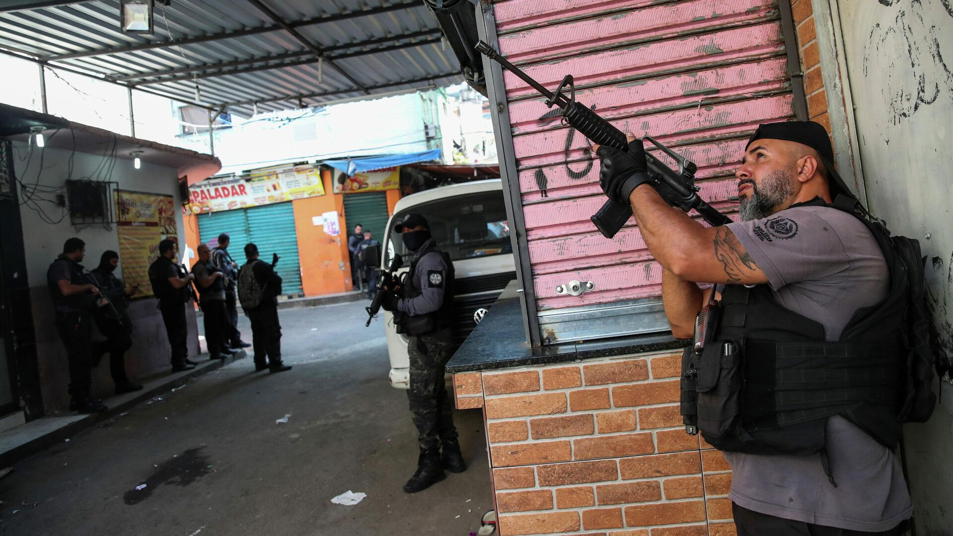 Полицейская операция по борьбе с незаконным оборотом наркотиков в районе Жакарезинью в Рио-де-Жанейро, Бразилия - РИА Новости, 1920, 06.05.2021