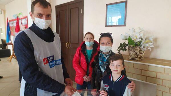 Жители Первомайска перед концертом в честь Дня Победы