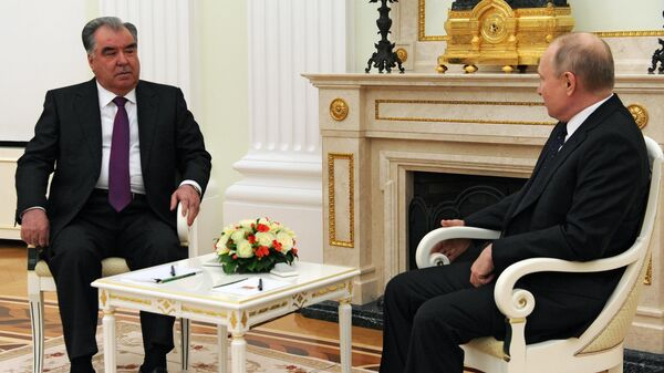 Президент РФ Владимир Путин и президент Таджикистана Эмомали Рахмон во время встречи.