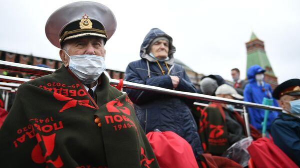 Гости на трибуне на Красной площади перед началом военного парада в честь 76-й годовщины Победы в Великой Отечественной войне в Москве