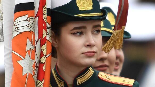 Девушка-курсантка перед началом военного парада в честь 76-й годовщины Победы в Великой Отечественной войне в Москве