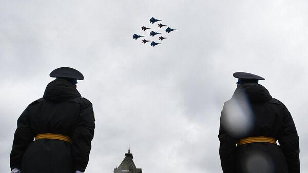 Строй кубинский бриллиант из истребителей МиГ-29 и Су-30СМ пилотажных групп Русские витязи и Стрижи  пролетает над Красной площадью во время воздушной части парада в честь 76-й годовщины Победы в Великой Отечественной войне в Москве