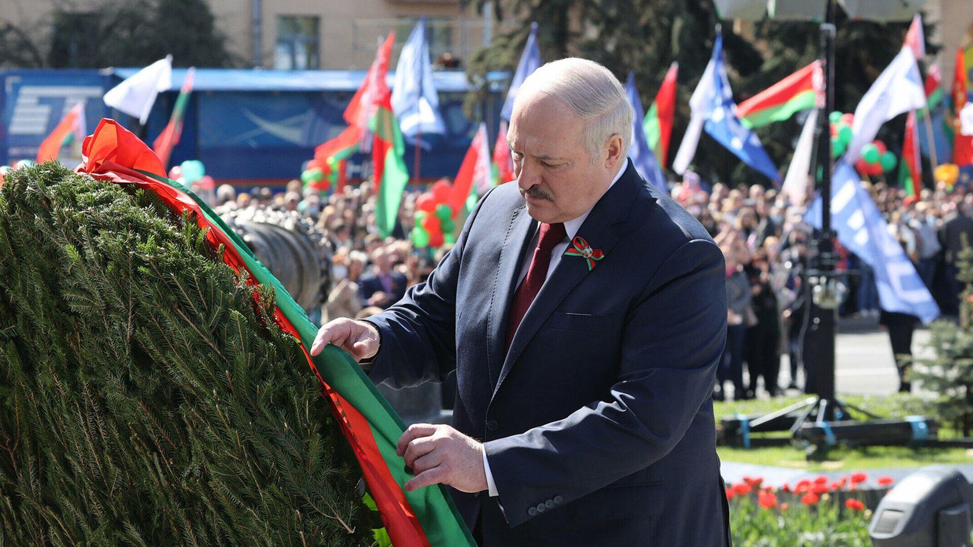 Президент Белоруссии Александр Лукашенко принимает участие в церемонии возложения цветов к монументу Победы в Минске - РИА Новости, 1920, 09.05.2021