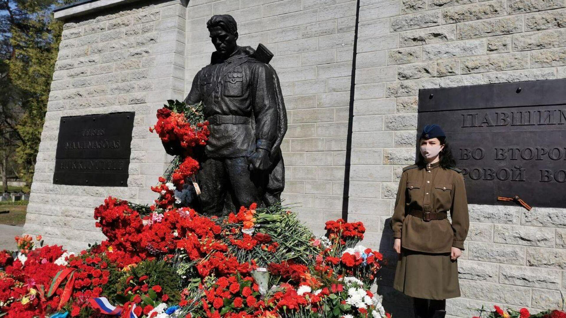 В почетном карауле один человек у Бронзового солдата в Таллине   - РИА Новости, 1920, 09.05.2021