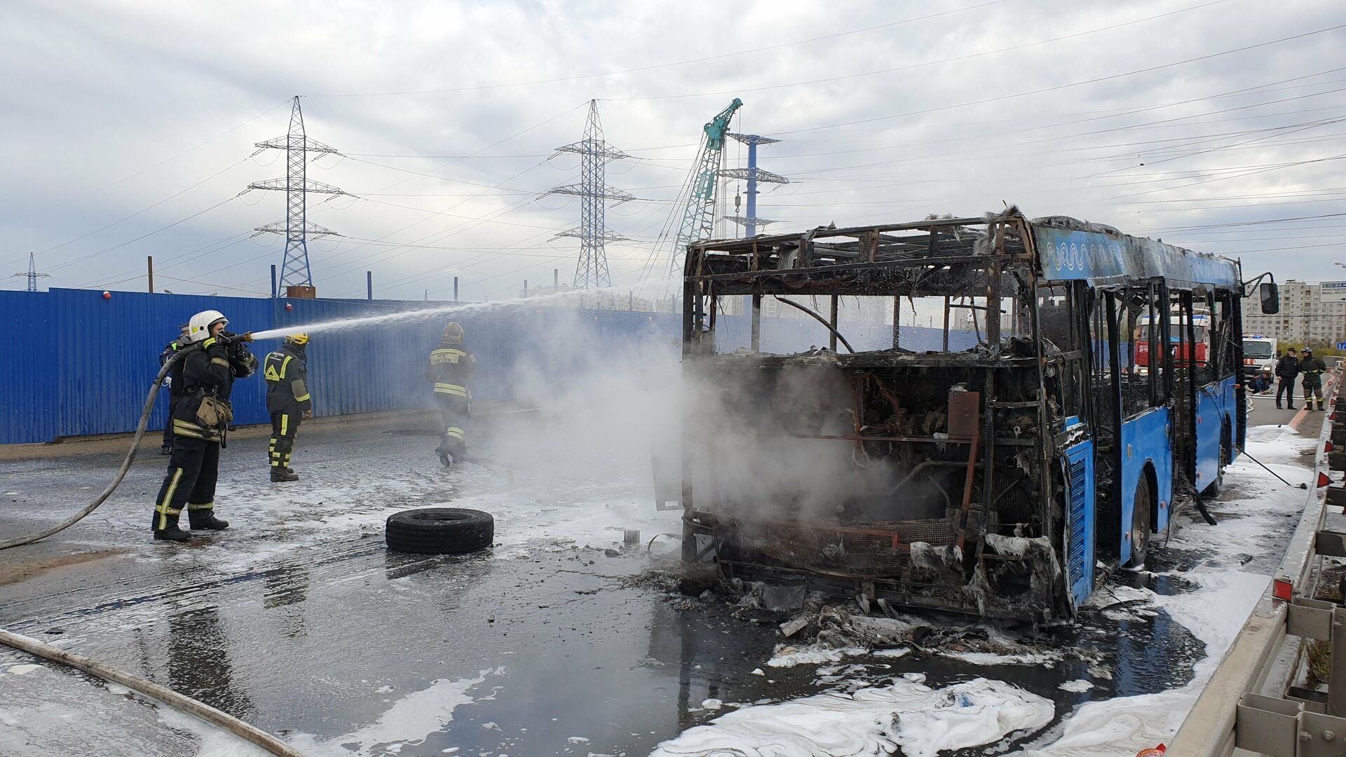 Устранение последствий возгорания автобуса на пересечении Алтуфьевского шоссе и МКАД - РИА Новости, 1920, 09.05.2021