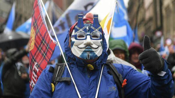 Сторонник независимости Шотландии во время демонстрации в Глазго