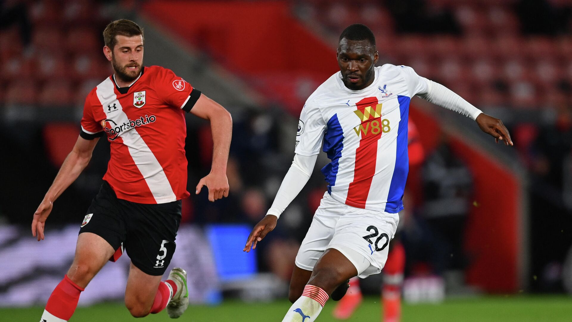 Southampton's English defender Jack Stephens (L) vies with Crystal Palace's Zaire-born Belgian striker Christian Benteke during the English Premier League football match between Southampton and Crystal Palace at St Mary's Stadium in Southampton, southern England on May 11, 2021. (Photo by DAN MULLAN / POOL / AFP) / RESTRICTED TO EDITORIAL USE. No use with unauthorized audio, video, data, fixture lists, club/league logos or 'live' services. Online in-match use limited to 120 images. An additional 40 images may be used in extra time. No video emulation. Social media in-match use limited to 120 images. An additional 40 images may be used in extra time. No use in betting publications, games or single club/league/player publications. /  - РИА Новости, 1920, 12.05.2021
