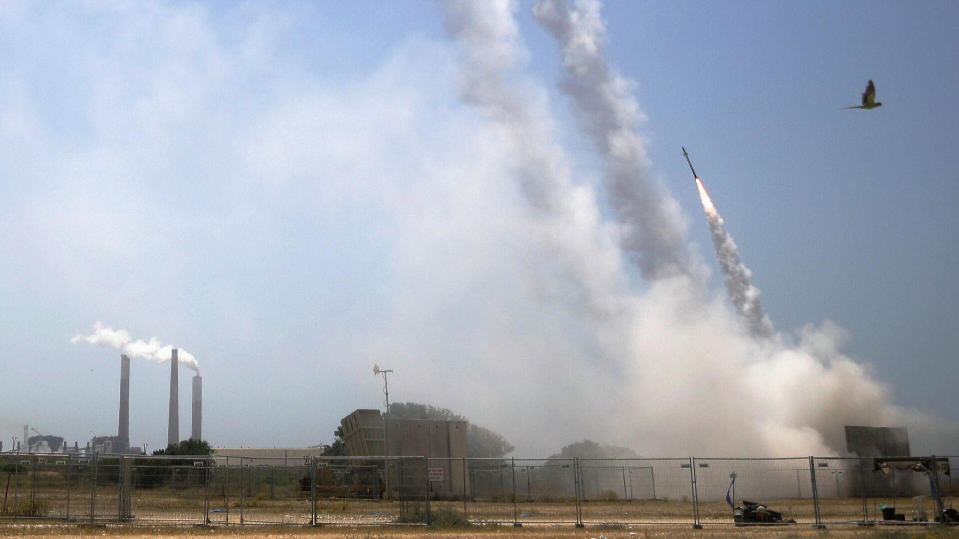 Израильская противоракетная система Железный купол ведет огонь для перехвата ракет, запущенных из сектора Газа, из Ашкелона на юге Израиля - РИА Новости, 1920, 12.05.2021