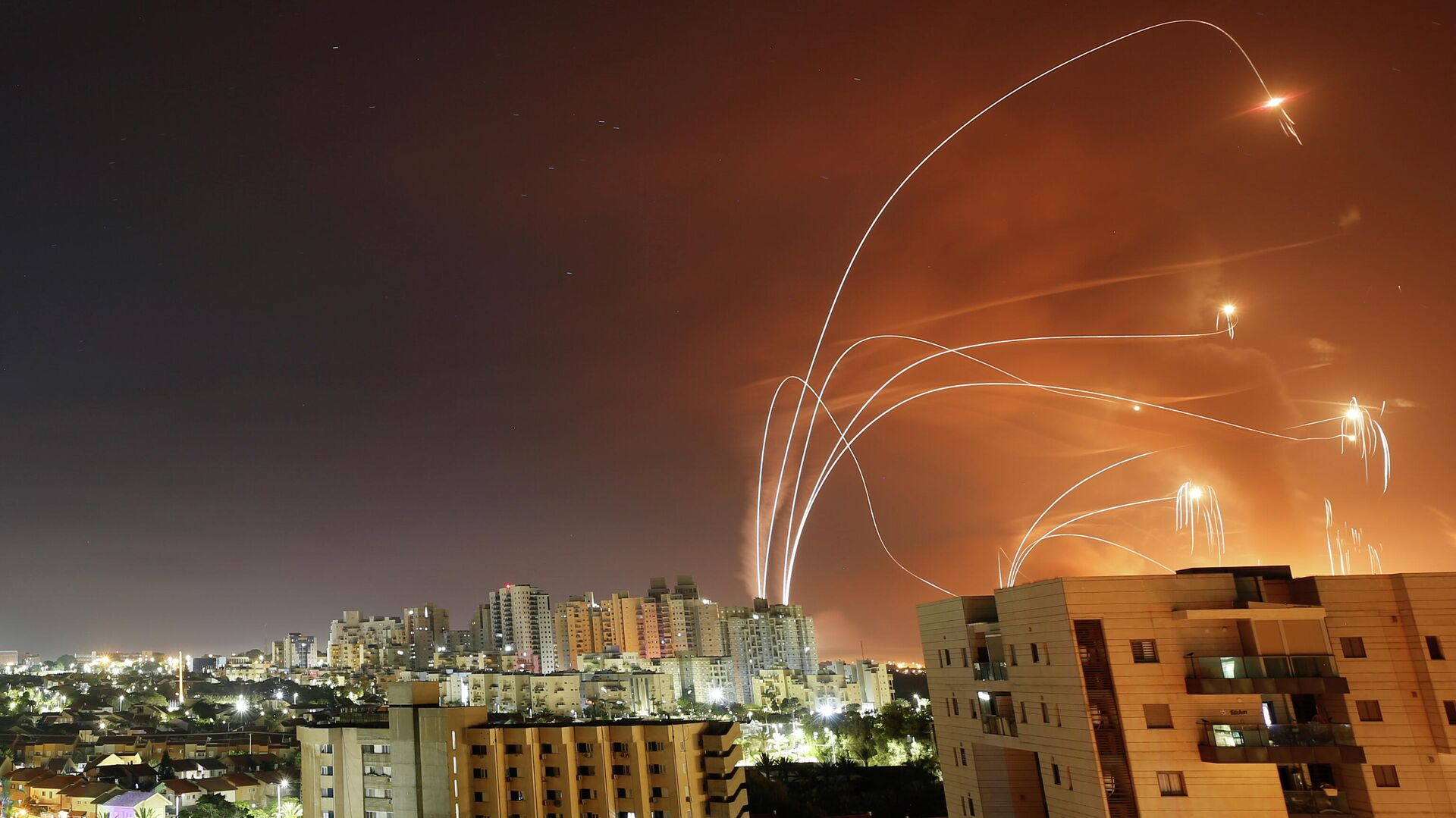 Противоракетная система Железный купол перехватывает ракеты, запущенные из сектора Газа в направлении Израиля - РИА Новости, 1920, 12.05.2021