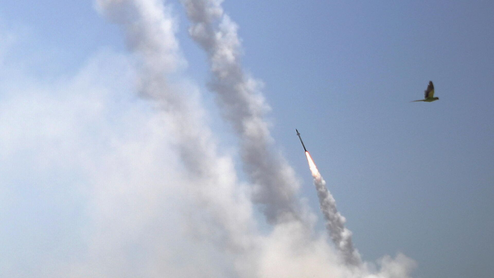 Противоракетная система Железный купол перехватывает ракеты, запущенные из сектора Газа в направлении Израиля - РИА Новости, 1920, 13.05.2021