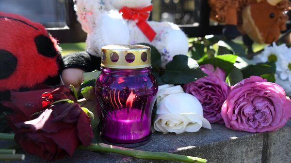 Цветы и игрушки у посольства России в Белоруссии, которые принесли минчане в память о жертвах трагедии в Казани