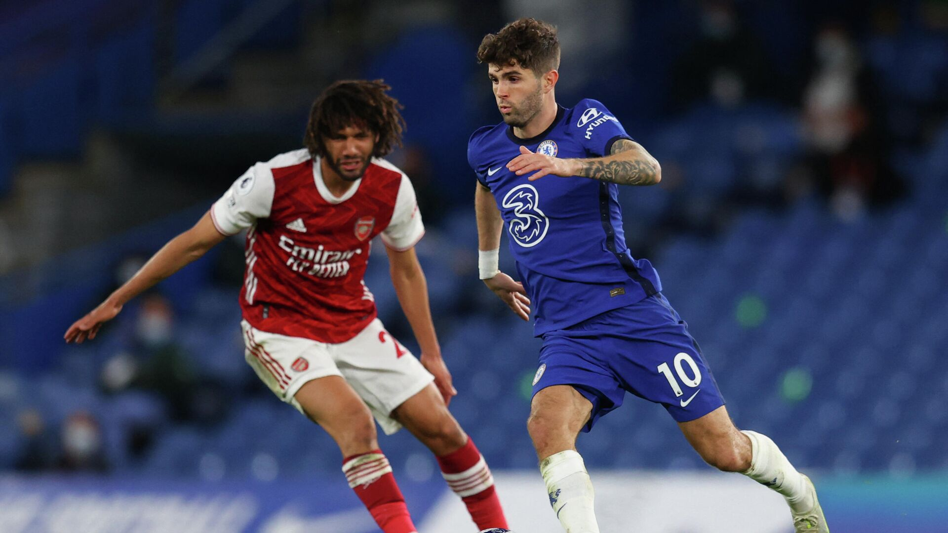 Arsenal's Egyptian midfielder Mohamed Elneny (L) vies with Chelsea's US midfielder Christian Pulisic during the English Premier League football match between Chelsea and Arsenal at Stamford Bridge in London on May 12, 2021. (Photo by Catherine Ivill / POOL / AFP) / RESTRICTED TO EDITORIAL USE. No use with unauthorized audio, video, data, fixture lists, club/league logos or 'live' services. Online in-match use limited to 120 images. An additional 40 images may be used in extra time. No video emulation. Social media in-match use limited to 120 images. An additional 40 images may be used in extra time. No use in betting publications, games or single club/league/player publications. /  - РИА Новости, 1920, 13.05.2021