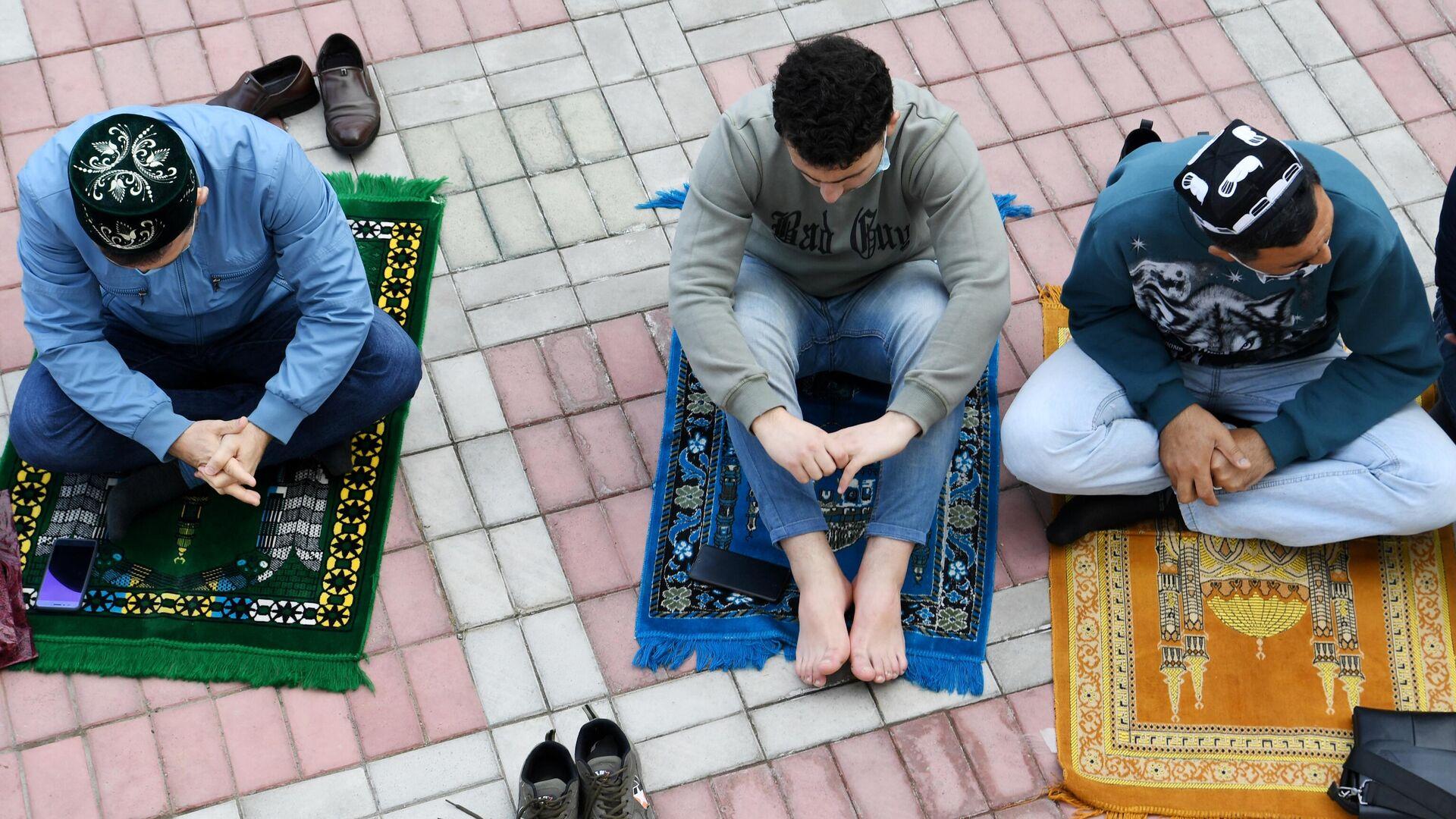 Верующие во время праздничной молитвы в честь Ураза-байрама возле мечети Кул Шариф в Казани - РИА Новости, 1920, 13.05.2021