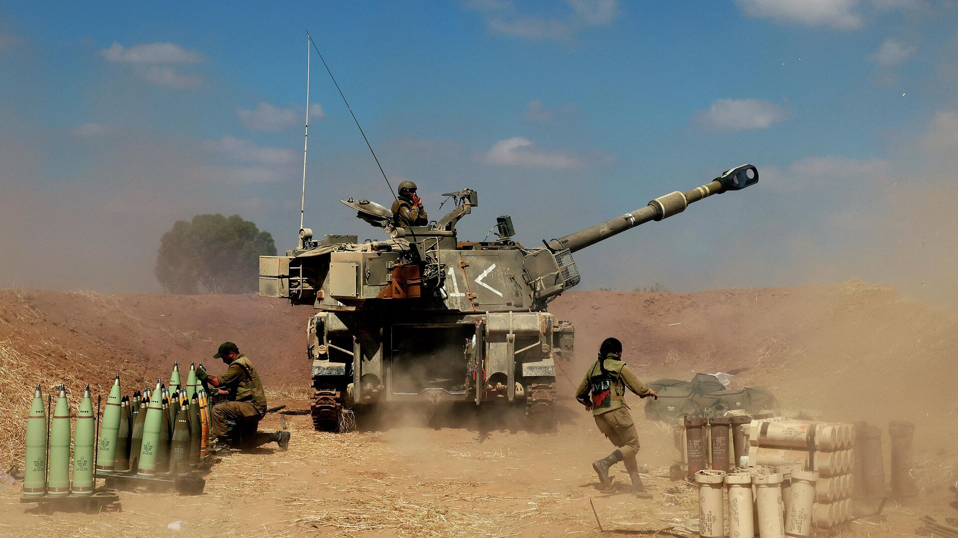 Израильские солдаты стреляют в направлении сектора Газа, 13 мая 2021 года - РИА Новости, 1920, 13.05.2021